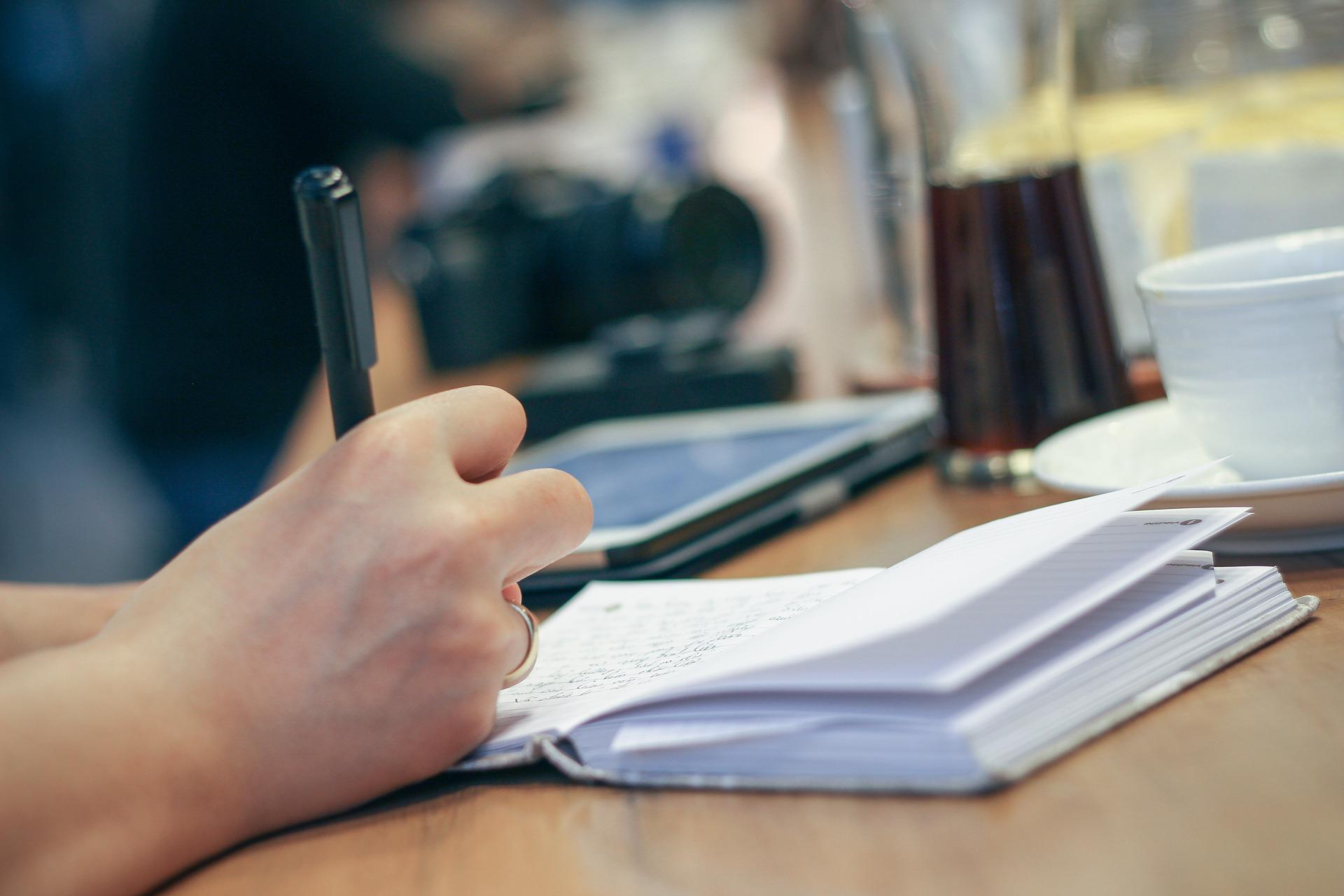Forfatter ved et skrivebord