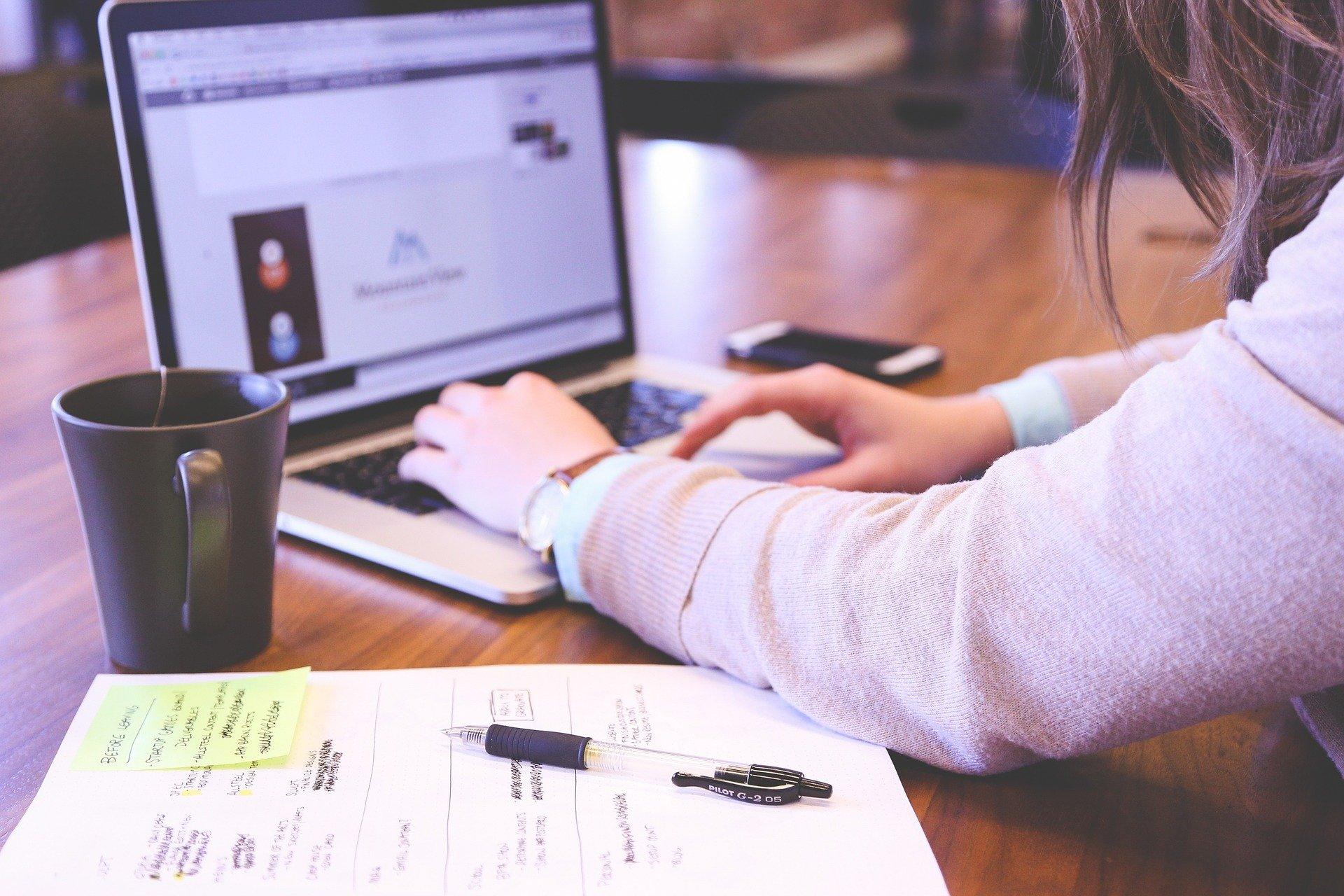 Ung kvinde sidder foran keyboard