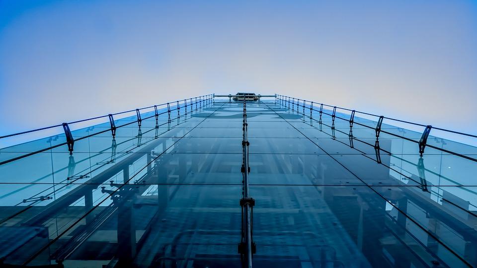Frontparti med elevator i Spanien